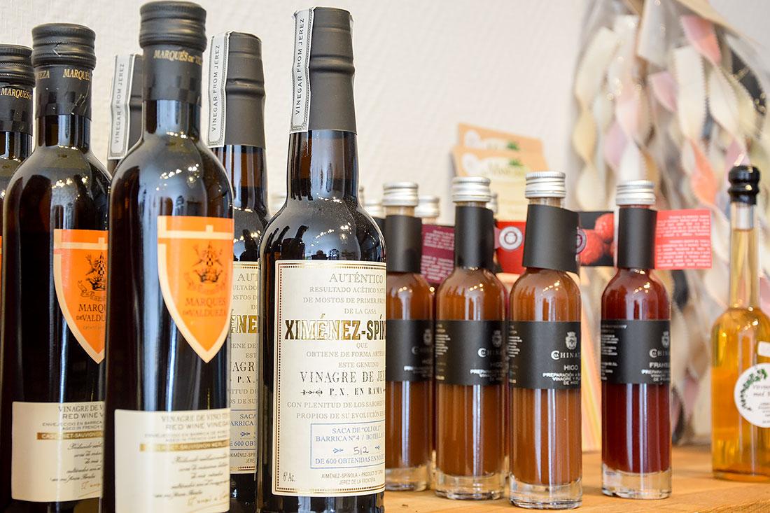 Överblick av olika sorters vinäger från gårdsbutiken