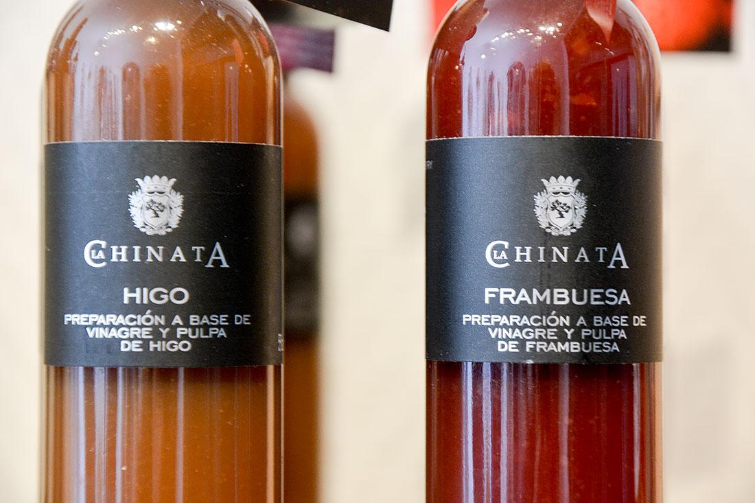 Två olika sorter vinäger av varumärket La Chinata, i gårdsbutiken