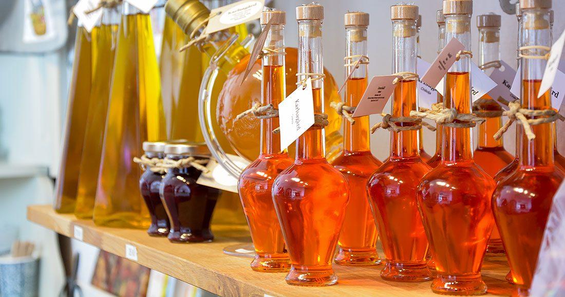 Egengjord chiliolja på hylla med andra typer av oljor