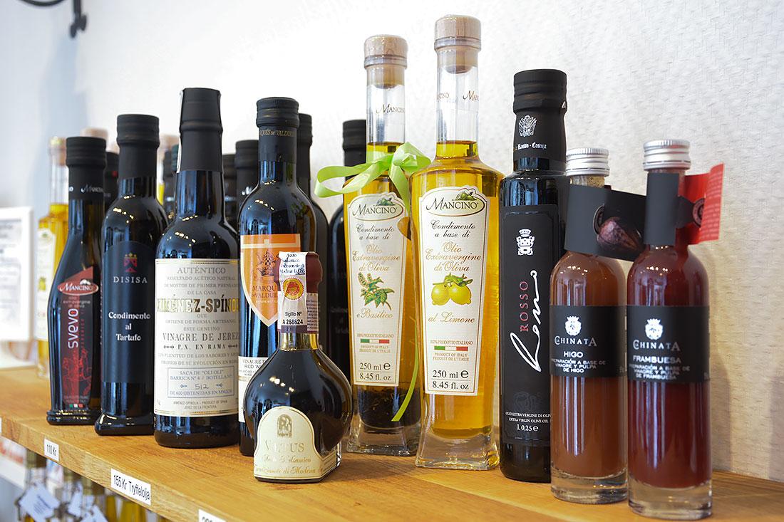 Flera oljor, balsamico och vinäger i grupp, från gårdsbutiken